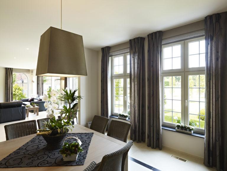 Stores, rideaux, entrebailleurs… équipez sans perçage vos fenêtres PVC !